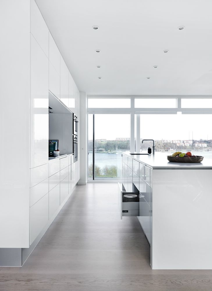 Want a modern kitchen like this? Use RAUVISIO crystal high-gloss glass surfaces. http://www.rehau.com/us-en/furniture/surfaces/glass/rauvisio-crystal/about