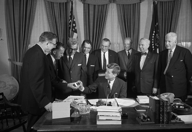 Members of the United States Senate and House of Representatives present President Kennedy with a pair of cuff links after he signed his first bill as president. The congressmen present are: (from left to right) Rep. Fred Cchewengel, Rep. Peter Mack Jr., Sen. Everett Dirksen, Sen. Vance Hartke, Rep. Winfield K. Denton, Sen. John Sherman Cooper, William B. Brasy, and Sen. Paul H. Douglas. via @AOL_Lifestyle Read more…