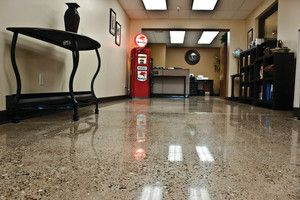 Exposing aggregate on a polished concrete floor