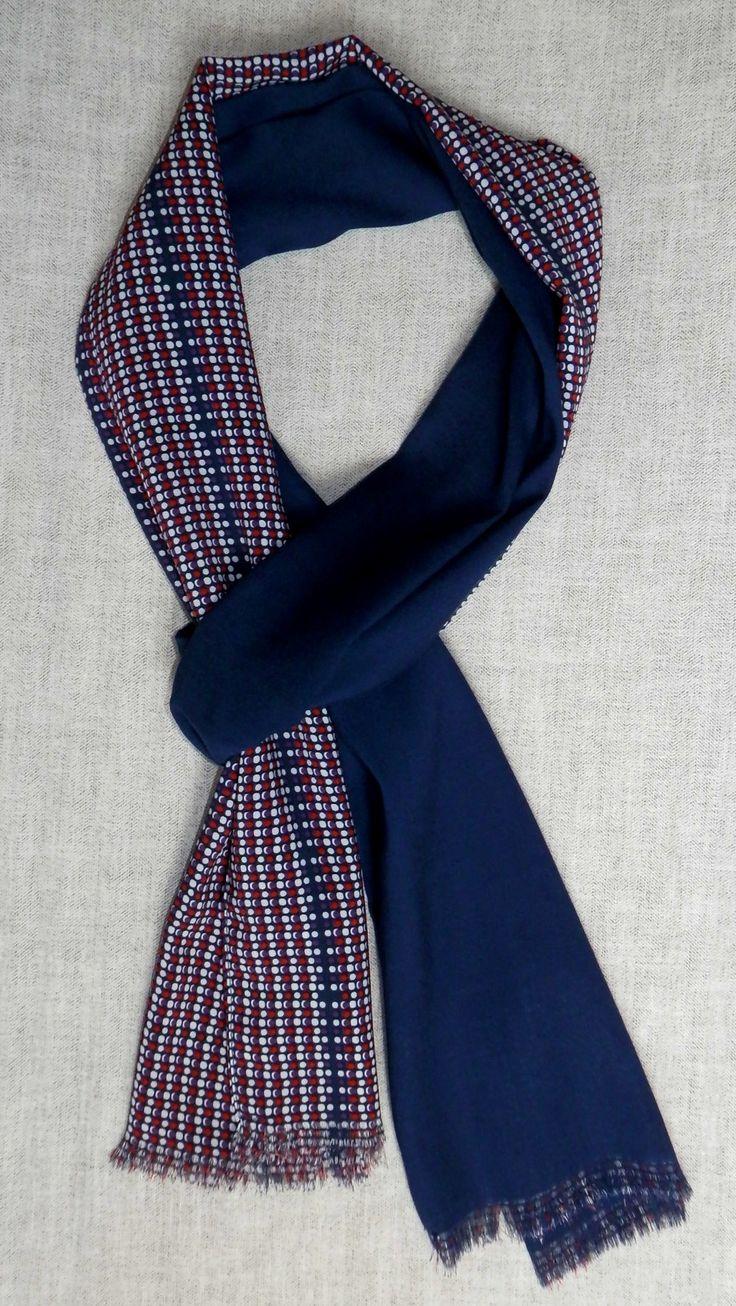 Bufanda reversible marino / topos http://lookbylyly.com/la-coleccion/hombre/