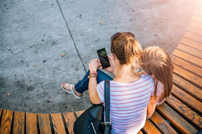 I made my smartphone less useful, and it made me a better parent I need a little space from my smartphone. I love the thing, and it definitely makes the logistics of parenting easier. But more often than not, I find myself staring, scrolling and tapping when I should probably pay attention to what's happening around me.