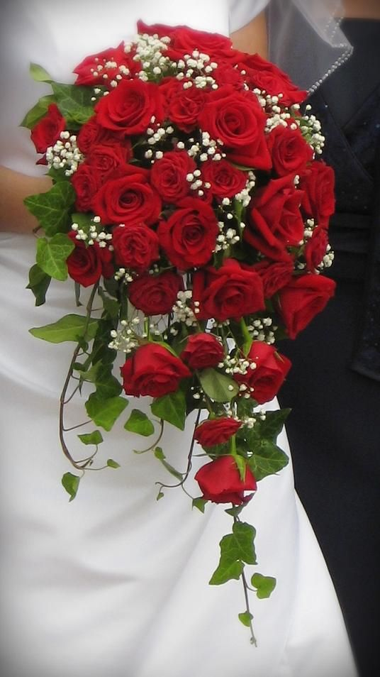 red spray rose bouquet @Jenna Sirken  I love this waterfall look. Also love the baby's breath accents