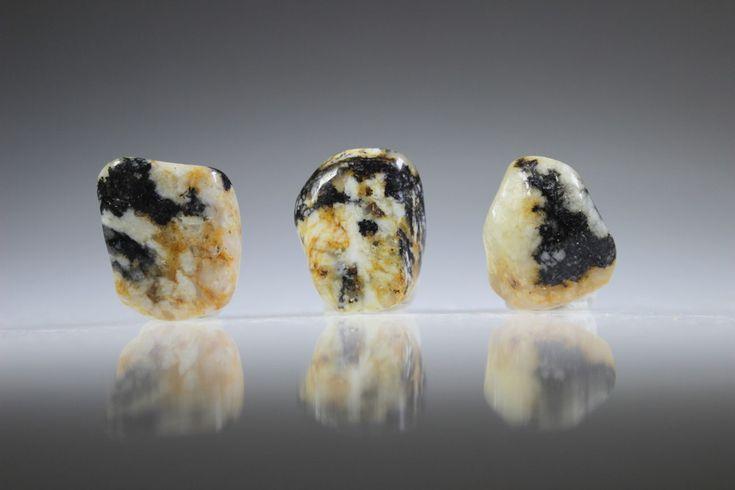 Cassiteriet is goed voor terminale mensen en hen die bang voor de dood zijn, maar ook voor huilbaby's die niet willen aarden. steen voor healers, sjamanen,
