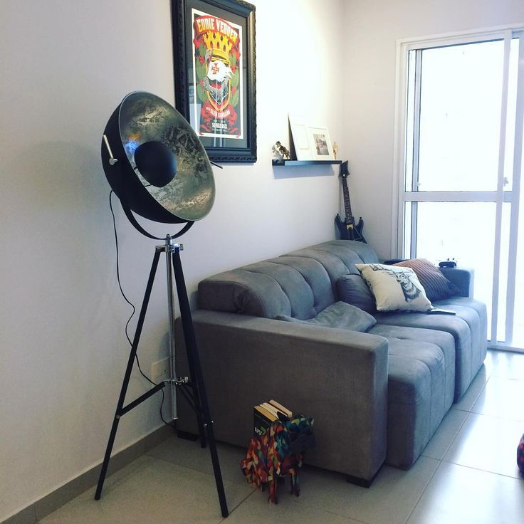 Sala com decoração industrial com tons de cinza: luminária Lunar @Tok&Stok - sofá Etna - almofadas Tok Stok - quadro Eddie Vedder / show em SP em maio de 2014 #aptocinquentatonsdecinza