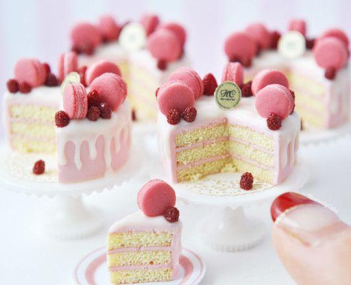 オーブン粘土を使用して、ドールハウスサイズのミニチュアのケーキやお菓子、アクセサリーを作製しています。