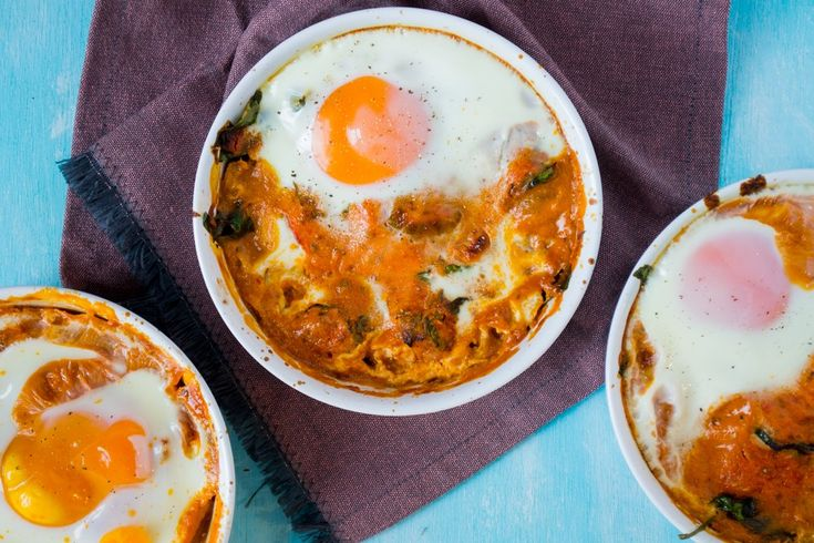 """""""Italian baked eggs"""" stond vorige week woensdag op het menu. Het beste recept van de hele week, en dat wil wat zeggen, want het was echt allemaal lekker! Het originele recept vond ik op Against All Grain, maar ik hoor vaak dat Engelstalige recepten niet zo praktisch zijn, dus hieronder mijn versie! Ingrediënten voor 4 [...]"""