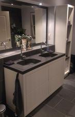Prachtige badkamer met Leisteen vloertegels en een Granieten wastafel. Geleverd door Totaaltegel: scherpste prijs!!