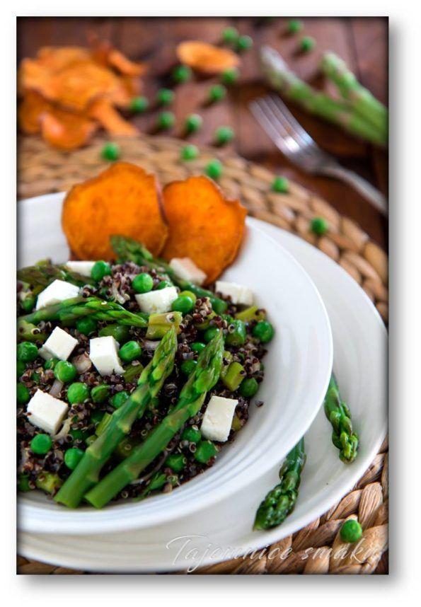 Sałatka czarna quinoa – zielone szparagi – zielony groszek – feta – chipsy z batatów – Tajemnice smaku