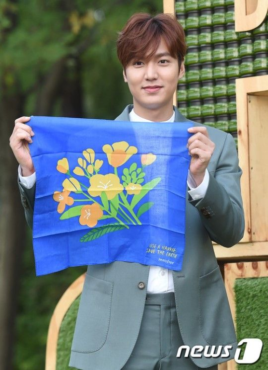 Lee Min Ho at Innisfree Play Green Festival on 12 September 2015 (Shared Source:  @Minojennalee / Minoz Kyung Ju ) 이민호, '손수건 사용으로 환경을 지키세요!' :: 네이버 TV연예
