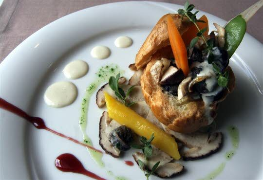 Gougère farcie aux escargots de Bourgogne et aux cèpes, crème d'ail doux : une recette de saison. Photo Jean Becker