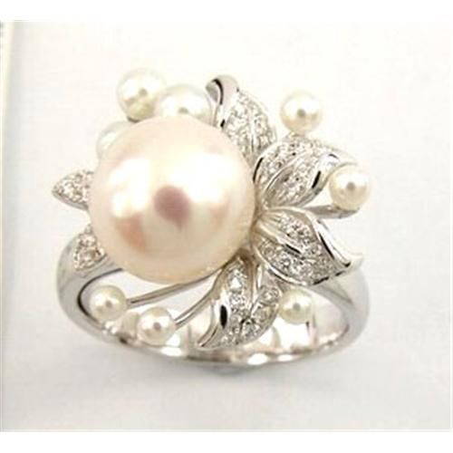 Exquisite ring with South Sea pearl and diamonds.