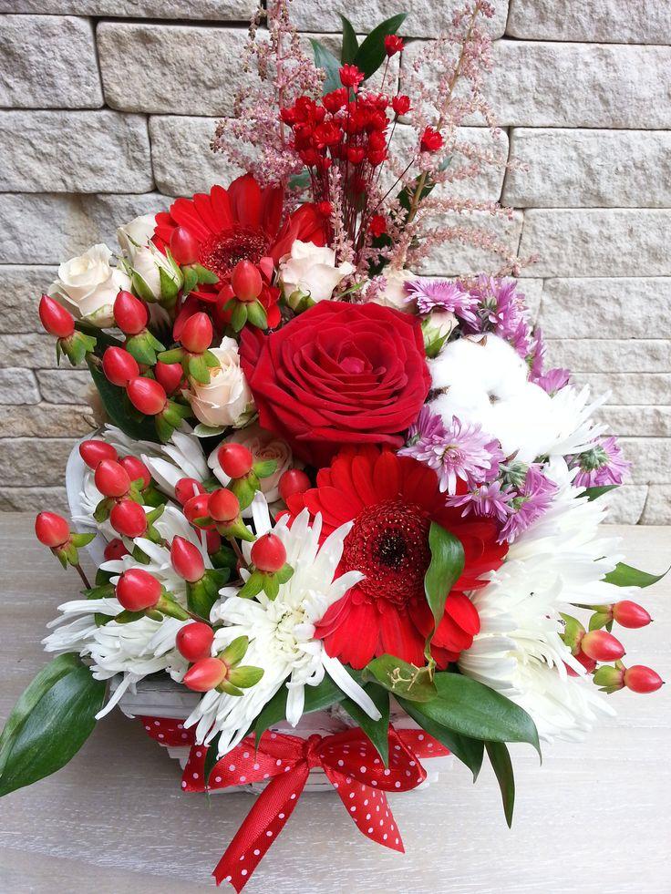 Aranjament floral in cos de ratan (Flower arrangement in rattan basket)