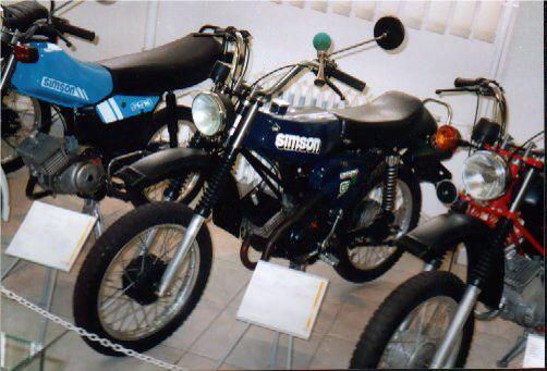 Simson S70 ES > eine Kleinserie von 20 gebauten Fahrzeugen für die GST. Die Fahrzeuge hatten eine spezielle Auspuffanlage und einen großen Einzelsitz.