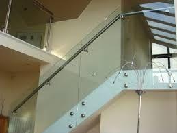 diseño de baranda con vidrio y aluminio