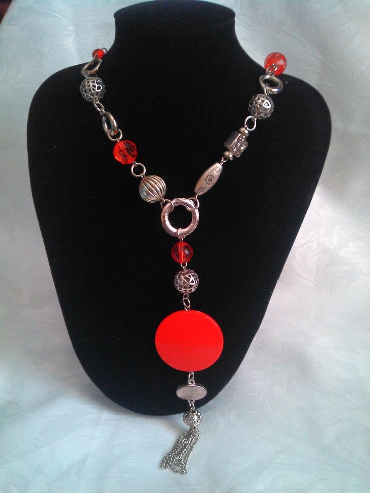 Collar con detalles de cadena y piedraas rojas. Largo.