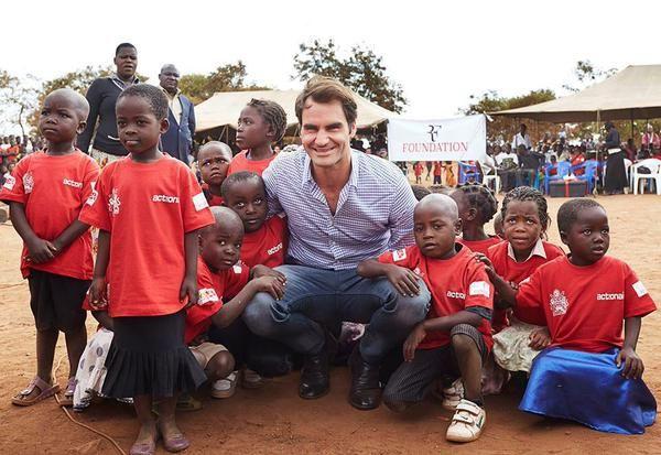 ♔ ♔ ♔El tenista helvético, Roger Federer, viajó a Malawi para estar con los niños y donar 12 millones de euros que ayuden al país a construir escuelas y mantener las que ya tiene. Se estima que hasta 81 escuelas sean construidas gracias al dinero que Federer donó.