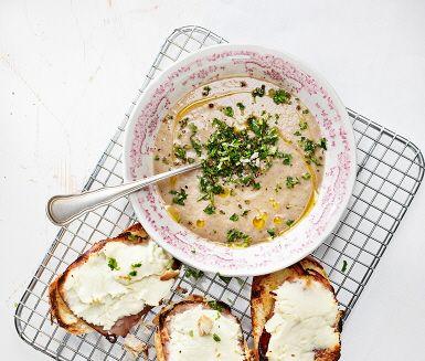 Ett charmigt recept på krämig svampsoppa med färskosttoast. Den mättande och smarriga soppan innehåller ingredienser som bakpotatis, champinjoner, lök, buljong och grädde, samt smaksättare som timjan, persilja och vinäger. Mixa soppan slät och servera tillsammans med smakrik färskosttoast.