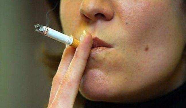 Tre procent af Silkeborgs nyfødte udsættes for røg i hjemmet SILKEBORG: At passiv rygning er usundt, kan efterhånden ikke komme bag på nogen - alligevel ryger nogle forældre stadig i hjem med nyfødte.  I Silkeborg boede 3,1 procent af de nyfødte i 2012 i røgfyldte hjem.
