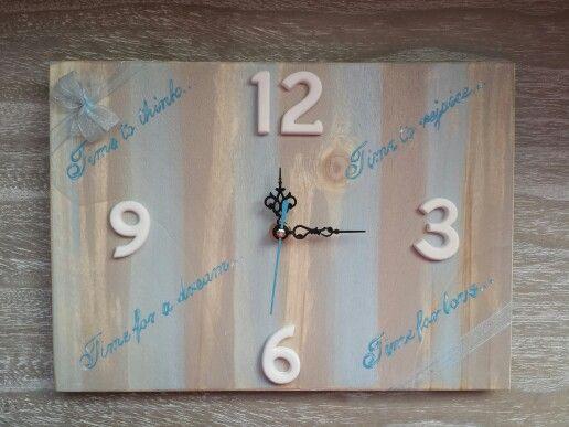 Orologio di legno con ore di gesso