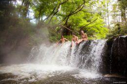 Una cascada de aguas termales en Rotorua, Nueva Zelanda (Kerosene Creek)