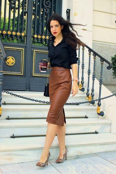 La jupe crayon ou jupe de tailleur est un grand classique des tenues de working girl. Septtenues sophistiquées et classes avec une jupe crayon. JUPE EN CUIR MARRON SIMPLE ET...