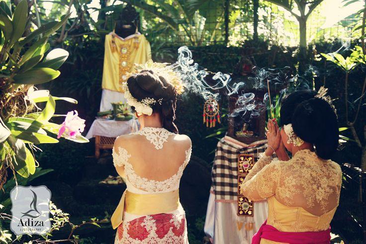 # mom and daughter pray, # Balinese wedding photography
