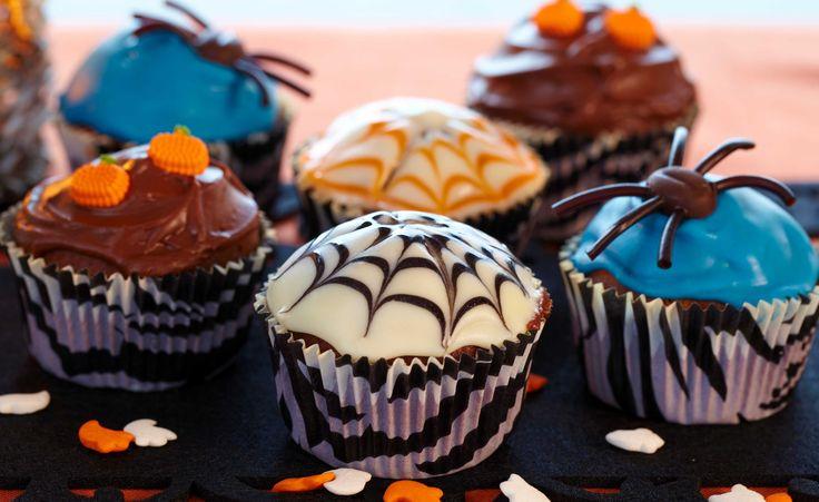 Her er oppskriften på skremmende gode cupcakes (muffins) med ostekrem. Perfekt å servere til Halloween eller barnebursdag! Tilsett litt farge til den gode ostekremen og lag f eks oransje ostekrem som ser ut som et gresskar. Eller muffins dekket med spiselige edderkopper laget av lakrissnor og mokkabønner. Slipp fantasien løs! Denne oppskriften gir ca 12 cupcakes