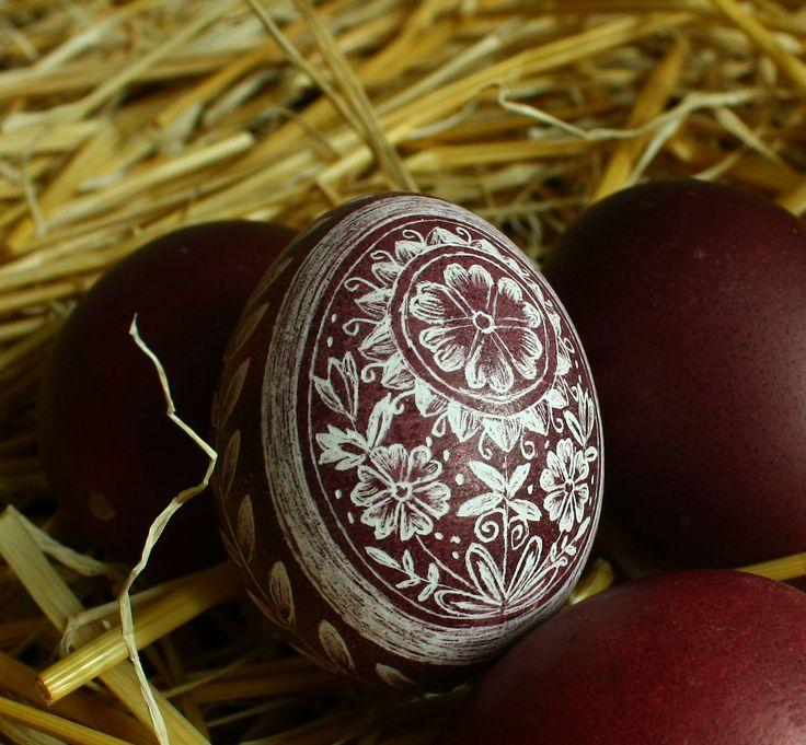 Horácká slepičí - kraslice vyškrabovaná VY3 Velikonoční slepičí kraslice zdobená tradiční technikou - vyškrabováním Vzor se vyškrabuje ostrým nožíkem do probarvené skořápky. Vzor na vajíčku pochází z Horácka (Vysočina). Tato oblast se vyznačuje bohatým dekorem a nádhernými náročnými vzory. Barevnost horáckých kraslic je oranžová až hnědá, kraslice se ...