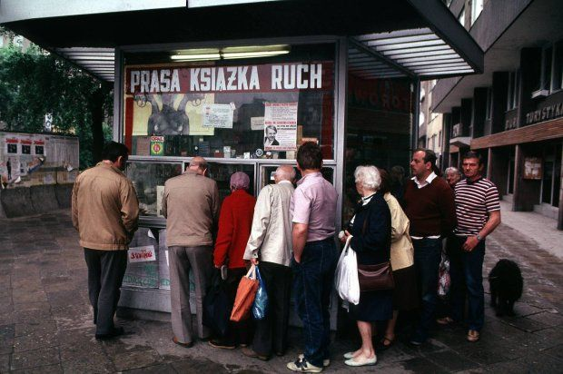 Warszawa, czerwiec 1989 roku. Trudno dziś w to uwierzyć, ale żeby kupić gazetę trzeba było odstać swoje w kolejce. Na szybie kiosku wisi plakat wyborczy ortopedy i kompozytora Jerzego Woy-Wojciechowskiego. Startował do Senatu jako kandydat niezależny z hasłem