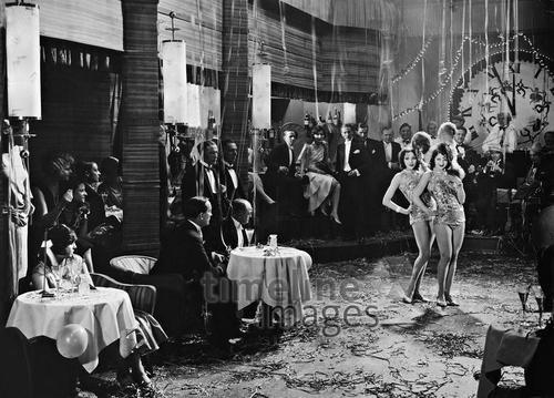 Variete Silvester 1928 in Berlin Timeline Classics/Timeline Images #Feiern #Silvester #Neujahrsfeier #Neujahrstag #31.Dezember #Jahresende #Party #Brauchtum #historisch #schwarzweiß #historical #Nostalgie #nostalgisch #Partyoutfit  #vintage #Variété #Tanzlokal #Berlin #newyearseve #1920er #1920ies #Tanzen #Frauen #show #vorführung #Uhr