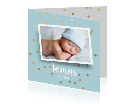 Een lief geboortekaartje voor een jongen met eigen foto, zee blauwe achtergrond en gouden confetti. Hip geboortekaartje van Luckz.