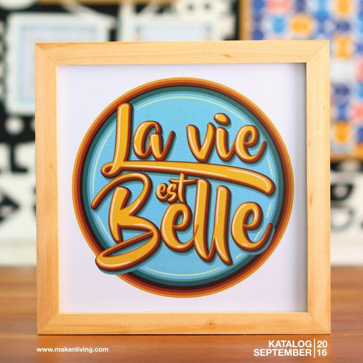 "La Vie Est Belle (SEP 16-03) La Vie Est Belle merupakan ungkapan dalam bahasa Prancis yang mempunyai arti 'Hidup ini indah"". Yuk ungkapkan rasa syukurmu melalui hiasan dinding ini!"