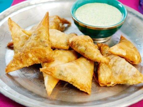 Dessa friterade snacks äts i hela Indien. I söder fylls de med kött, i norr med grönsaker, och under högtiden Diwali fylls de ofta med söta fyllningar.