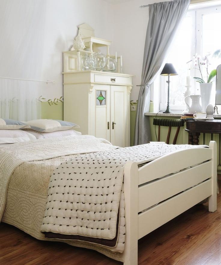 Aranżacja sypialni/strong jest romantyczna i stylowa. Szerokie łóżko z moskitierą sprawia, że sypialnia nabiera śródziemnomorskiego klimatu, a miętowy kolor na ścianach ożywia wnętrze.