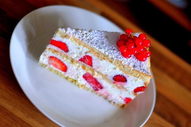 Ein Stück Erdbeer-Quark Torte