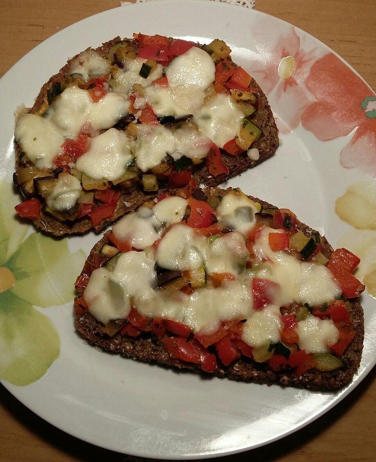 Ruck Zuck Pizza mit Zucchini, Paprika, Tomaten und Aubergine mit Mozzarella überbacken. Kann auch kalt gegessen werden.Natürlich ein myline Rezept.