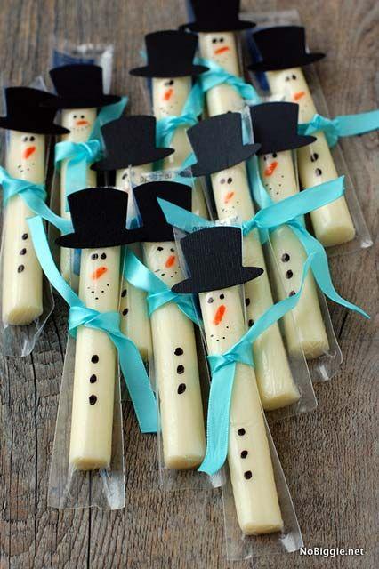 Mini bonhommes de neige avec du fromage ficelle. 30 idées de bonhommes de neige sans neige