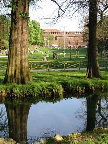 Parco Sempione ha un area di 386, 000 m^2. Anche, il parco e situare alle il centro di citta Milano e ha chiamato da  Corso Sempione.