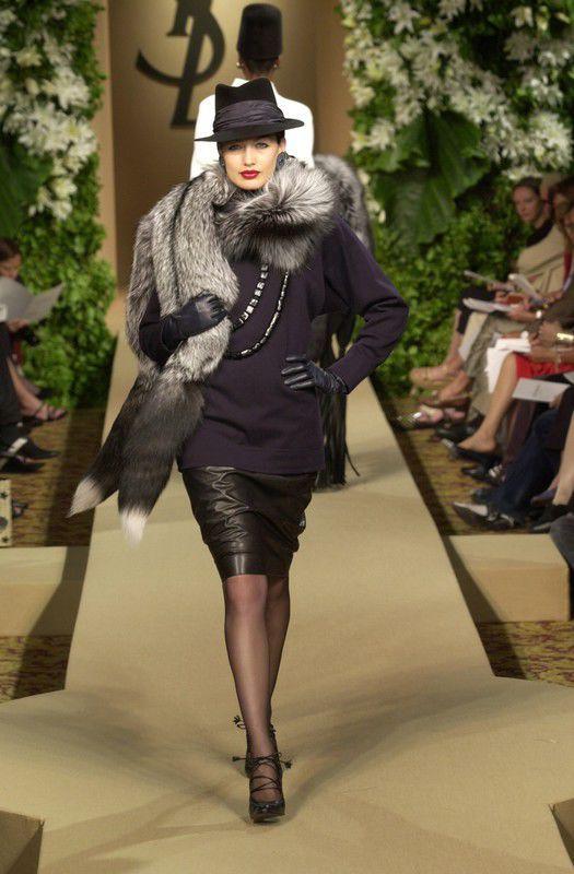 Pokaz Yves Saint Laurent haute couture jesień-zima 2000/2001, fot. East News