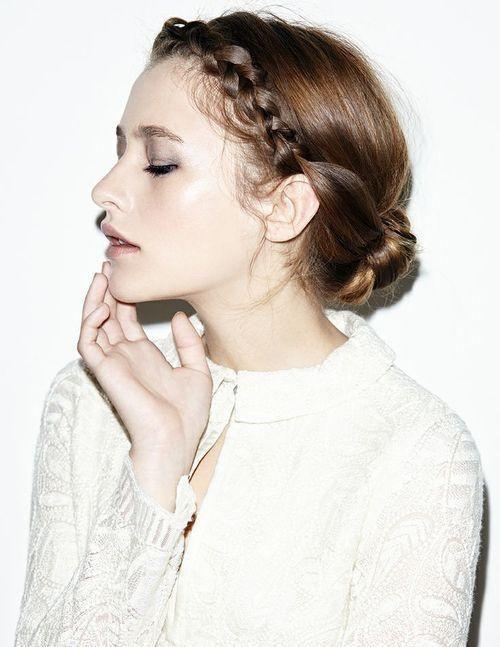 Begin aan de ene kant van je hoofd, en vlecht langs je haarlijn naar de andere kant. Maak dan een laag, opgerold knotje.