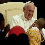 Papa Francisco llama a defender la vida, ocupándose de la pobreza y de las fragilidades