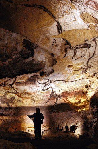 Lascaux est le cadre d'un complexe de grottes dans le sud-ouest de la France célèbre pour ses peintures rupestres paléolithiques.