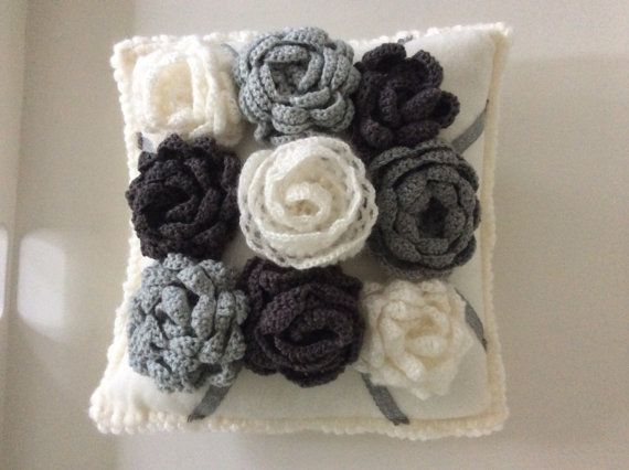 Kussen met gehaakte rozen uniek item!