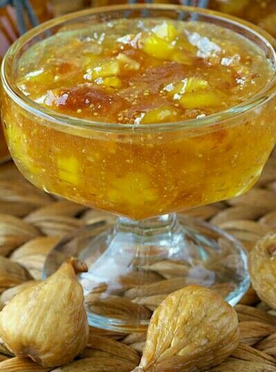 ANANASLI KURU INCIR RECELI 1 ananas (doğranmış), 150 gr kuru incir (doğranmış ), 2 su bardağı toz şeker, 1,5 sb su, 1 limon suyu ve kabuğunun rendesi , 1 çay kaşığı tereyağ (Köpürmemesi için). Orta ateşte 1 saat kaynatın.