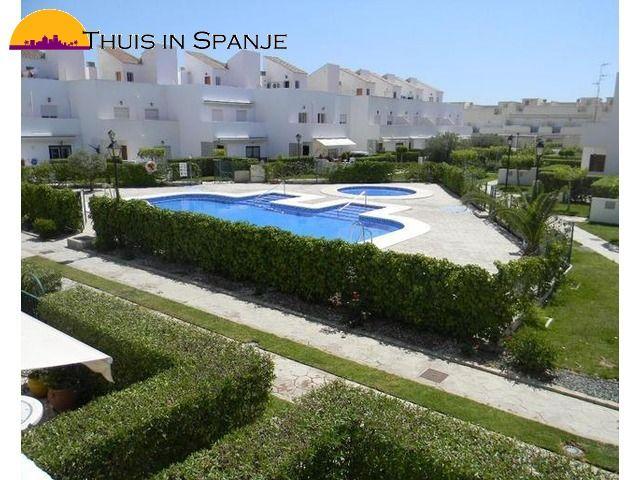 Een schattige twee slaapkamer, 2 badkamer dubbele verdieping duplex woning op een mooie urbanisatie en slechts 5 minuten lopen van het strand, de haven en het centrum van Garrucha aan de Costa de Almeria