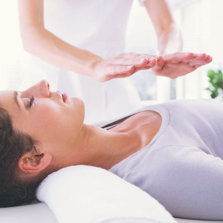 What is Reiki? It's a natural healing technique that has been shown to have many benefits, including helping cancer patients. Find out how. Simbolos Do Reiki, Learn Reiki, Reiki Treatment, Self Treatment, Spa Treatments, Reiki Therapy, Massage Therapy, What Is Reiki, Reiki Courses