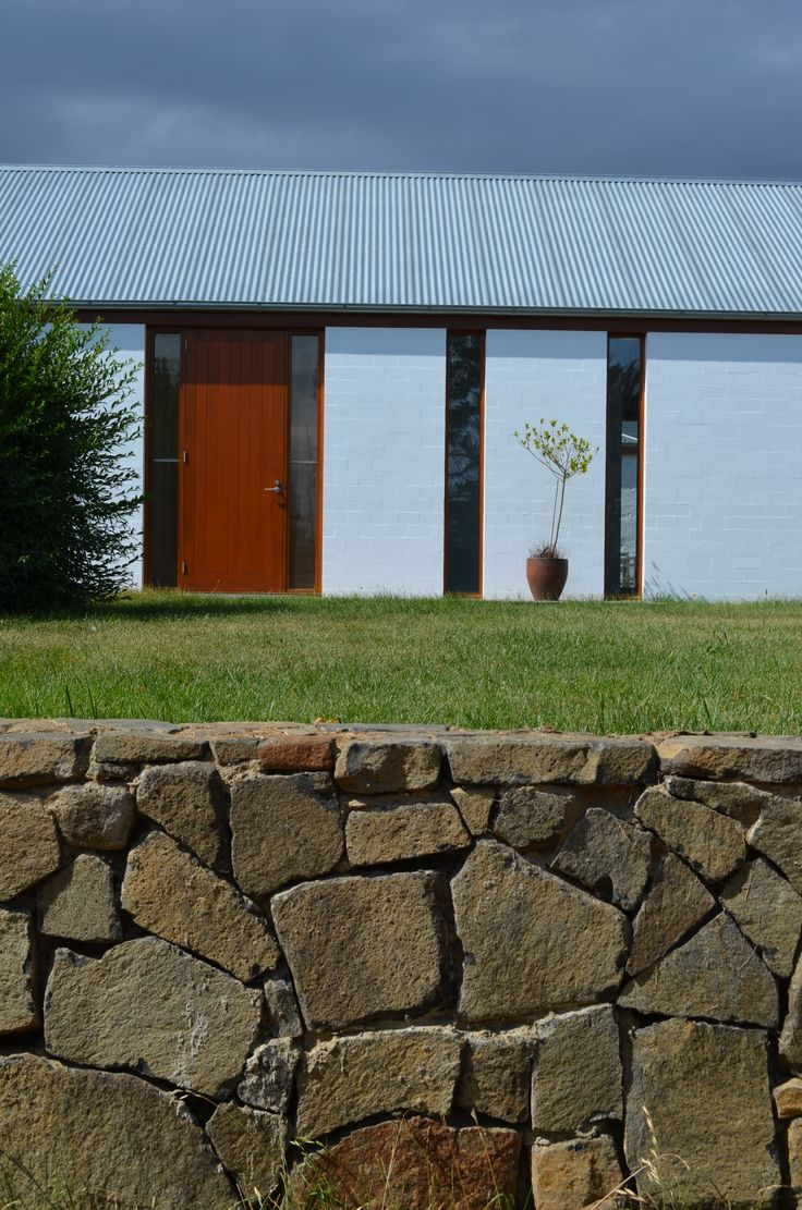 We love the contrast between the natural Rock Flat stone and the modern clean lines of this gorgeous house.