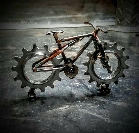 bicicleta de montaña con ruedas dentadas repurprsed y varilla de soldadura. Hecho a mano tig soldado con autógena.