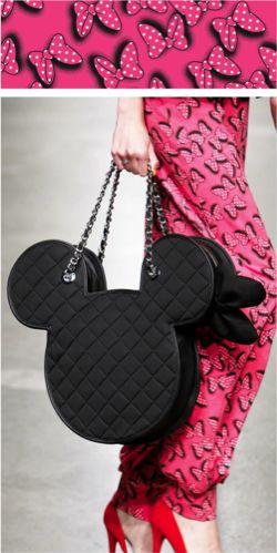 Minni Mouse bezaubert seit Jahrzehnten viele Kinderherzen. Gerade auf der Londoner Fashion-Week gilt die tierische Gefährtin als Vorbild und Freundin und ist ein wahrlicher Blickfang. Sie lächelt, sieht gut aus, trägt Rock und natürlich eine rosa Schleife um die Ohren. Als ewige Verlobte von Micky Mouse ist es für sie ein MUST HAVE immer gut…