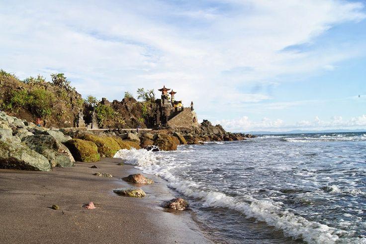 Pantai Senggigi Lombok memiliki pesona wisata tersendiri yang sangat unik. Pada tebing karang di pantai tersebut tertancap kuat pura umat Hindu. Pura yang dikenal dengan sebutan Pura Batu Bolong.[Photo by pasirpantai.com/]